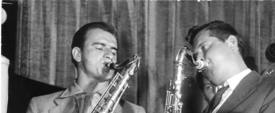 Auf einer öffentlichen Veranstaltung im DDR-Ministerium für Post- und Fernmeldewesen versuchte die Interessengemeinschaft Jazz-Berlin am 11. Juni 1956 den Jazz in der DDR zu legitimieren. Unter anderem spielten die Saxophonisten Benny Mämpe (rechts) und Horst Deutschendorf.